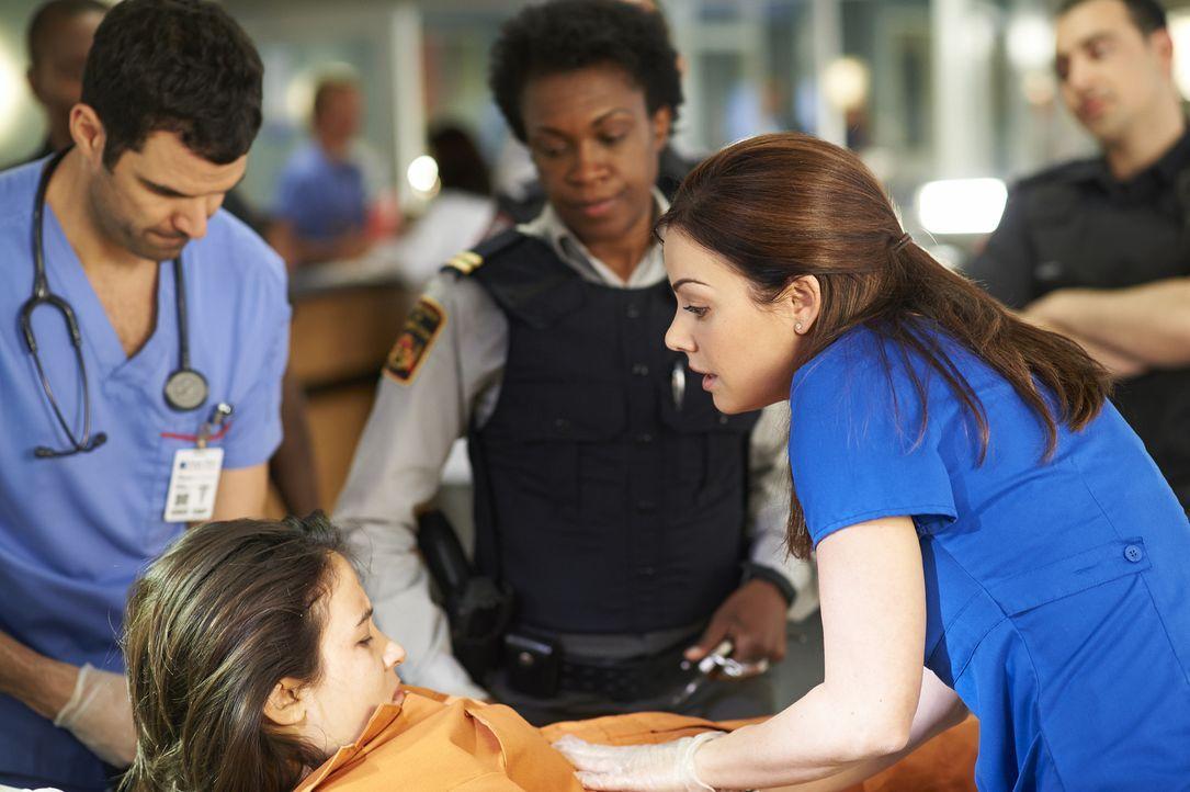 Kann Alex (Erica Durance, r.) der aggressiven Lily (Dayle McLeod, l.) helfen? - Bildquelle: 2013  Hope Zee Two Inc.
