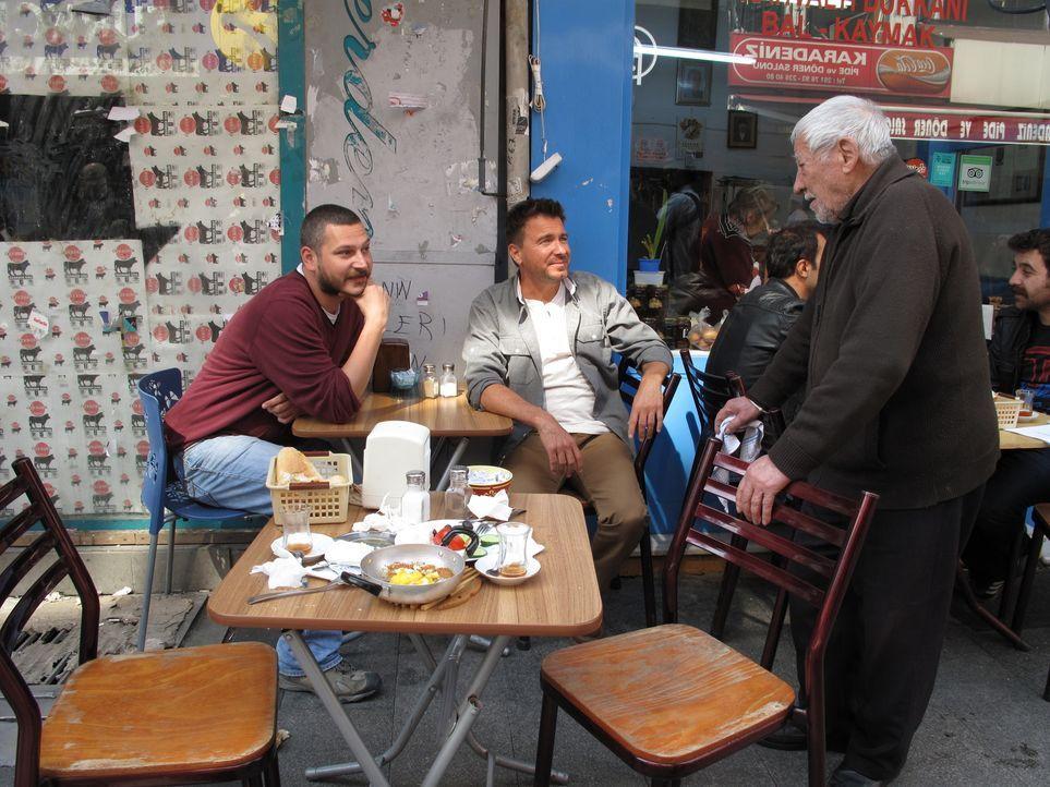 Wie trinkt die Türkei? Jack Maxwell (M.) lässt sich von seinem Freund Haakan (l.) in die einzigartige Geschmackwelt der Türkei entführen ... - Bildquelle: 2014, The Travel Channel, L.L.C. All Rights Reserved.