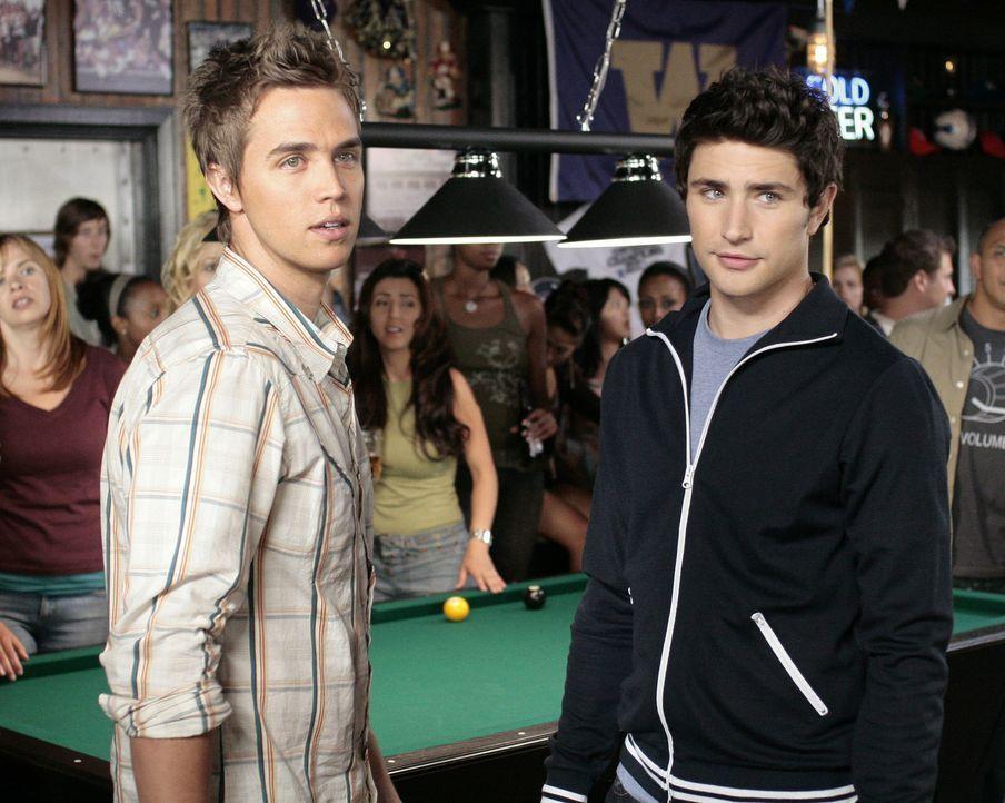 Kyle (Matt Dallas, r.) und Declan (Chris Olivero, l.) wissen nicht, worauf sie sich mit dem Wettspiel eingelassen haben ... - Bildquelle: TOUCHSTONE TELEVISION