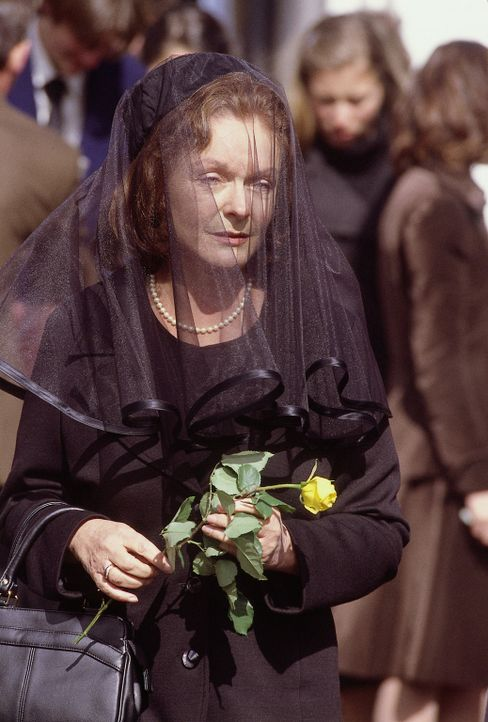 Rückblick: Dorothy Moxley (Liddy Holloway) trauert um ihre ermordete Tochter Maggie. - Bildquelle: Sony Pictures Television International. All Rights Reserved.