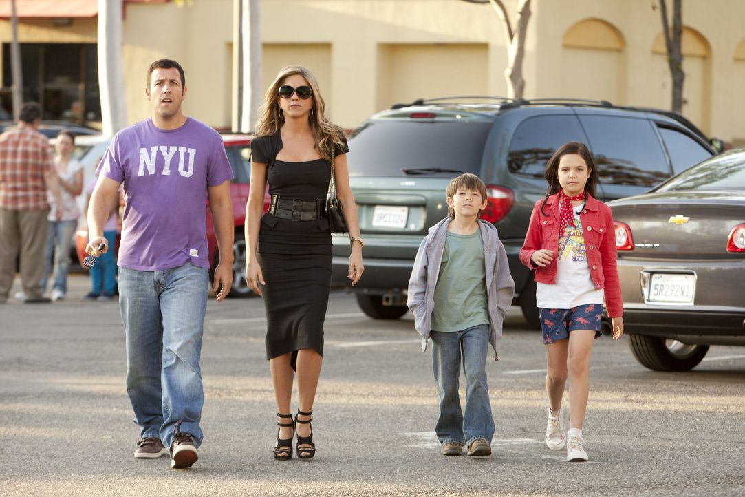Erst spät geht Danny (Adam Sandler, l.) auf, dass es nicht einfach ist, eine Familie mit Ehefrau (Jennifer Aniston, 2.v.l.) und Kindern (Bailee Mad... - Bildquelle: 2011 Columbia Pictures Industries, Inc. All Rights Reserved.