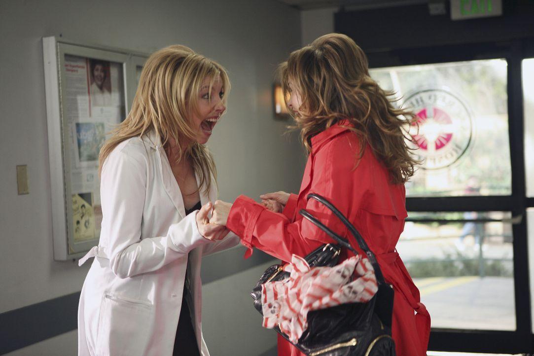 Die Freude ist groß, als Melody (Keri Russell, r.) ihrer College-Freundin Elliott (Sarah Chalke, l.) einen Überraschungsbesuch abstattet ... - Bildquelle: Touchstone Television