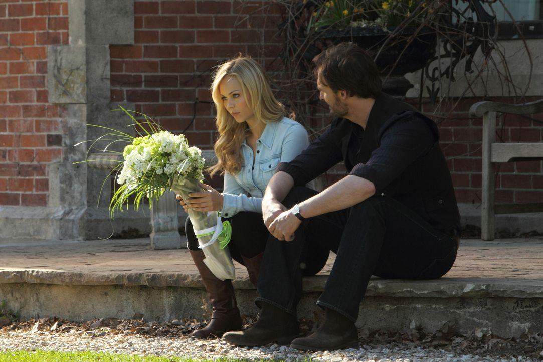 Jeremy (Greg Bryk, r.) ist wie ein Vater für Elena (Laura Vandervoort, l.), doch auch er kann ihr nicht alle Entscheidungen abnehmen ... - Bildquelle: 2014 She-Wolf Season 1 Productions Inc.