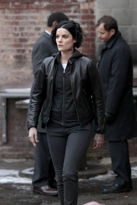 Bei der Suche nach dem Mörder des angeblichen Zomo erkennt Jane (Jaimie Alexander) den Täter als Teil jener Gruppe, die wiederholt als Schwarz-Weiß-... - Bildquelle: Warner Brothers