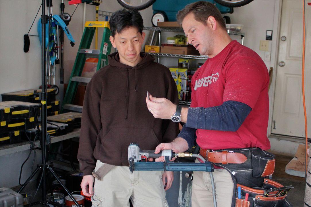 Den ganzen Tag lang arbeitet Steven Ng (l.) im Fitnessstudio und kann auch zu Hause nicht entspannen. Nun hilft Bauunternehmer Jason Cameron (r.) ih... - Bildquelle: Nathan Frye 2011, DIY Network/Scripps Networks, LLC.  All Rights Reserved.
