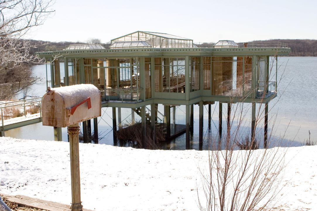 Schöner könnte es gar nicht sein! Ein traumhafter See, eine wunderbare, ruhige Idylle und ein Haus voller Geheimnisse.... - Bildquelle: Warner Brothers International Television Distribution Inc.