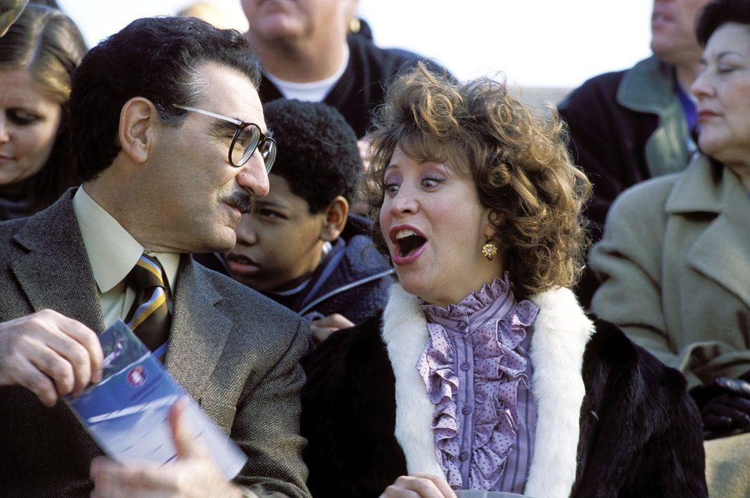 Der korrupte Direktor Collins (Eugene Levy, l.) und dessen Freundin, die Cafeteria-Chefin Ms. Heller (Cheri Oteri, r.), wollen Harry und Lloyd als A... - Bildquelle: Warner Bros.