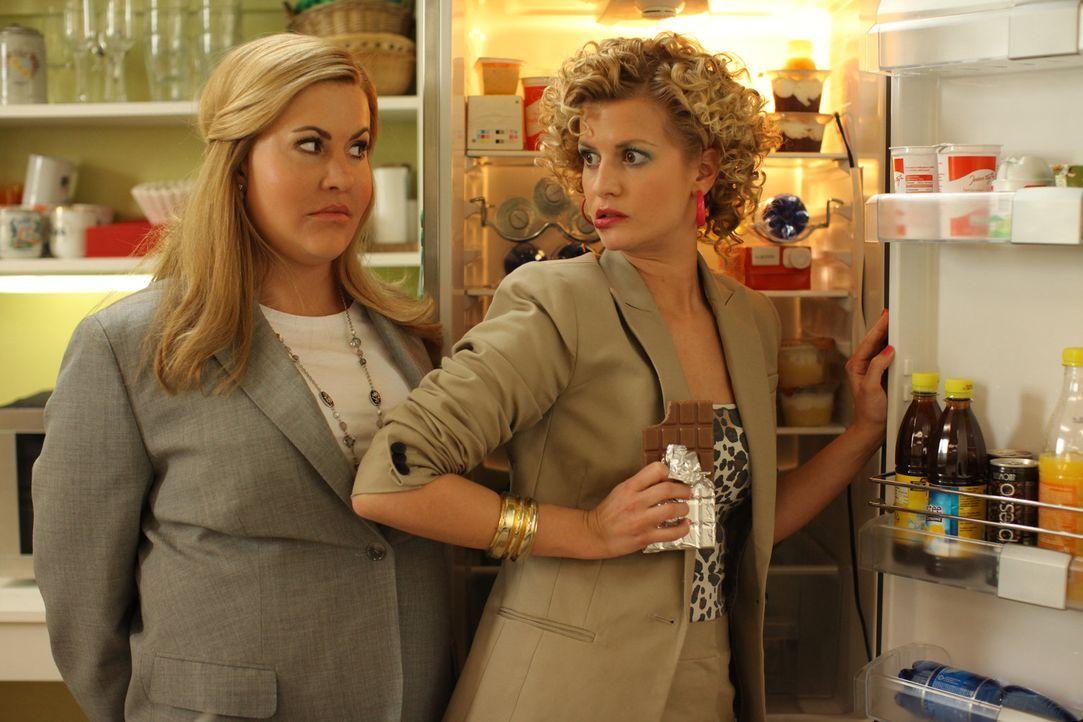 Während Jessica (Wolke Hegenbarth, l.) lernen muss, dass man sich als dicke, unattraktive Assistentin nicht als Chefin aufspielen kann, muss die sc... - Bildquelle: Petro Domenigg SAT.1