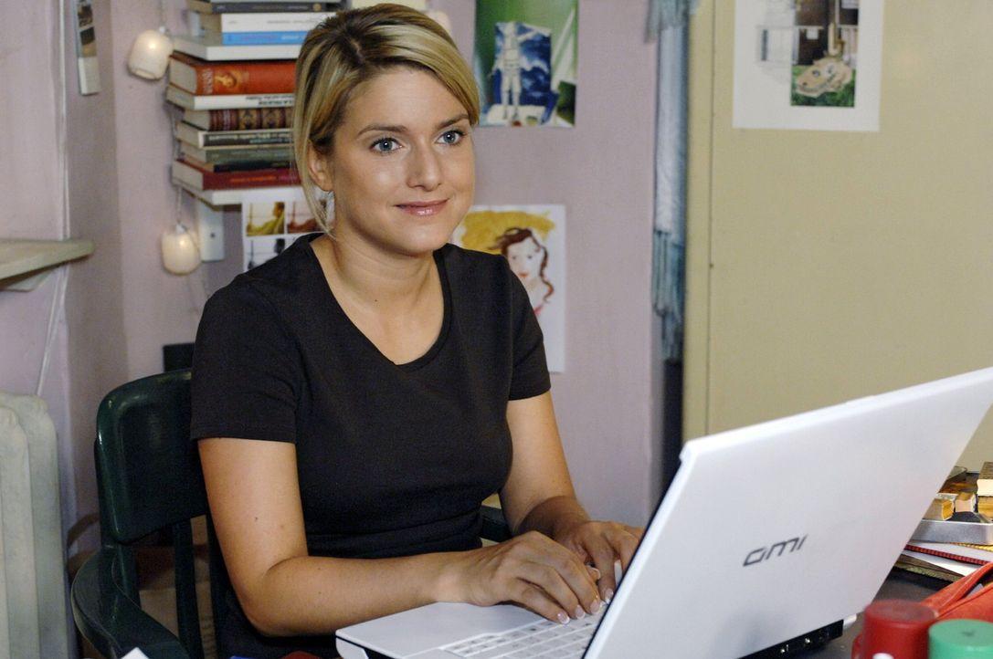 """Anna (Jeanette Biedermann) erhält eine überraschende Mail von """"Nadjad320"""" ... - Bildquelle: Oliver Ziebe Sat.1"""