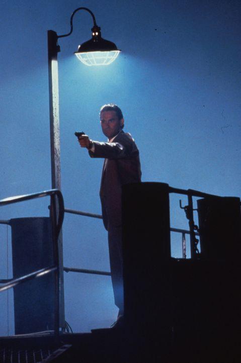Ein undurchsichtiges Katz- und Mausspiel beginnt, bei dem der Polizist Nick Frescia (Kurt Russell) nur noch mit der Waffe in der Hand für eine befri... - Bildquelle: Warner Bros.