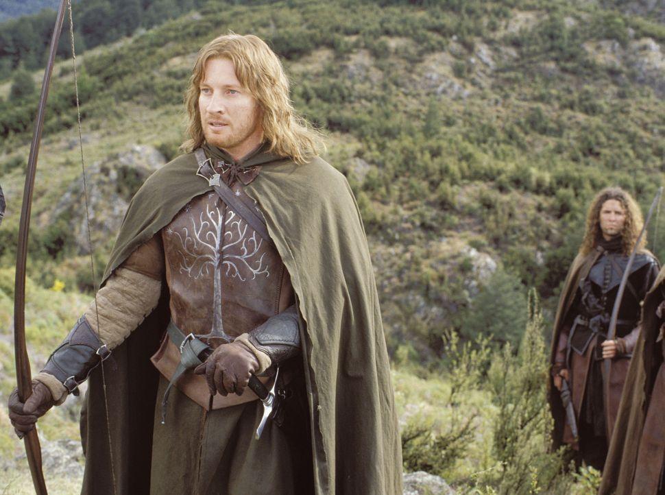 Faramir (David Wenham) begegnet im Wald den beiden Hobbits und nimmt sie mit in eine hinter einem Wasserfall verborgene Festung ... - Bildquelle: Warner Brothers