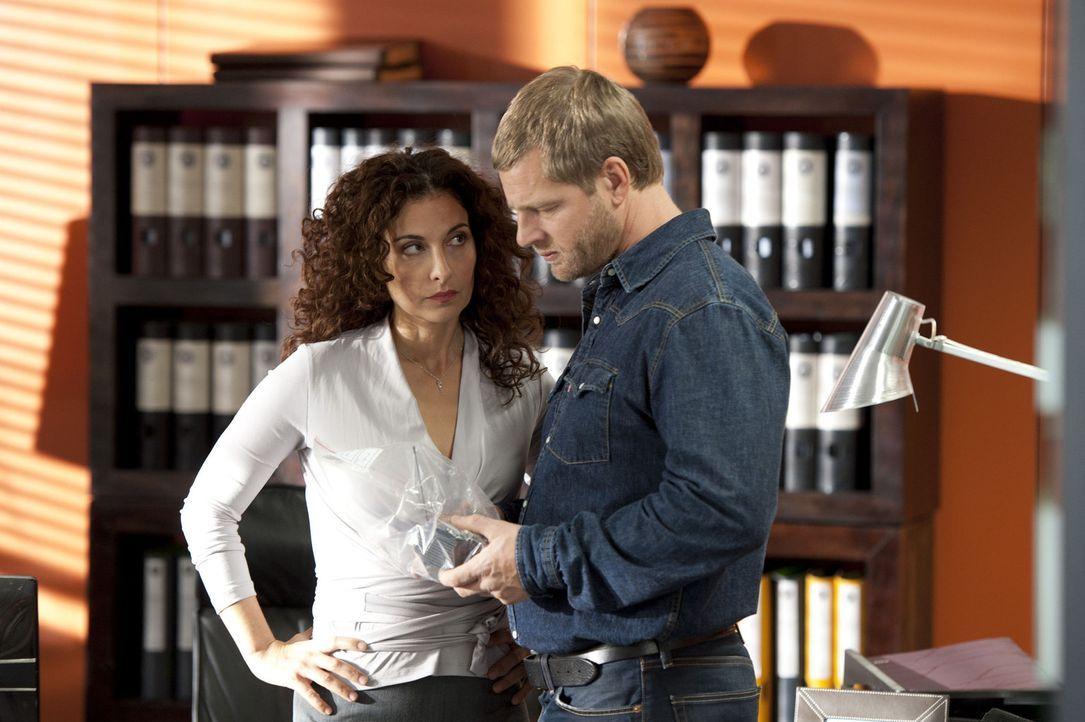 Tanja (Proschat Madani, l.) ahnt, dass Mick (Henning Baum, r.) ihr verheimlicht, wer dafür verantwortlich ist, dass Journalisten bei der Lösegeld - Bildquelle: Martin Rottenkolber SAT.1
