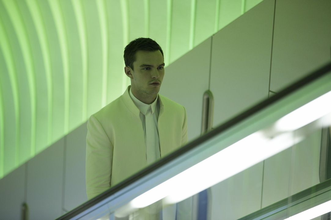 Silas (Nicholas Hoult) ist mit einem Virus infiziert und fühlt sich auf einmal zu seiner Kollegin Nia hingezogen, aber das zur Schaustellen von Emot... - Bildquelle: Koch Media GmbH