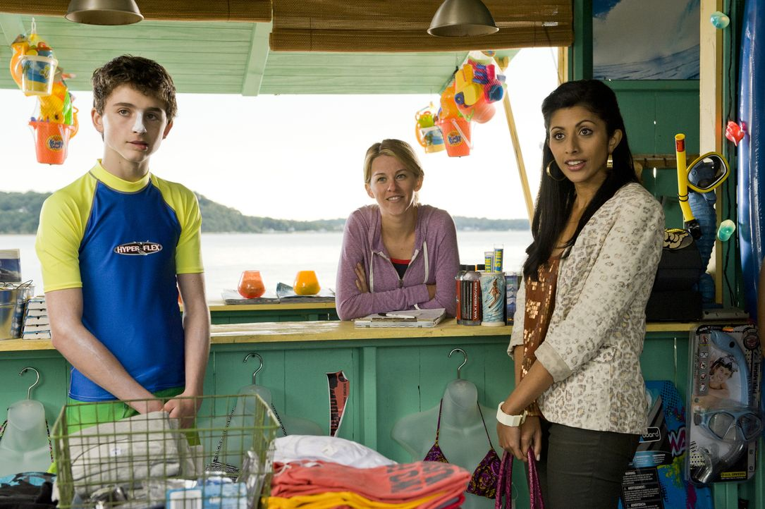 Divya (Reshma Shetty, r.) untersucht Quincy (Kim Shaw, M.), nachdem Luke (Timothée Chalamet, l.) bei HankMed um Hilfe gebeten hat. Unterdessen tauch... - Bildquelle: Myles Aronowitz 2011 Open 4 Business Productions, LLC. All Rights Reserved.