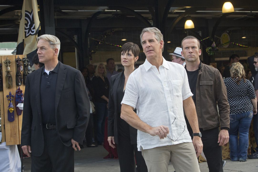 Endlich dürfen sie wieder einen Fall gemeinsam lösen: Gibbs (Mark Harmon, l.) und sein Ex-Kollege Pride (Scott Bakula, 2.v.r.) zusammen mit Prides M... - Bildquelle: CBS Television
