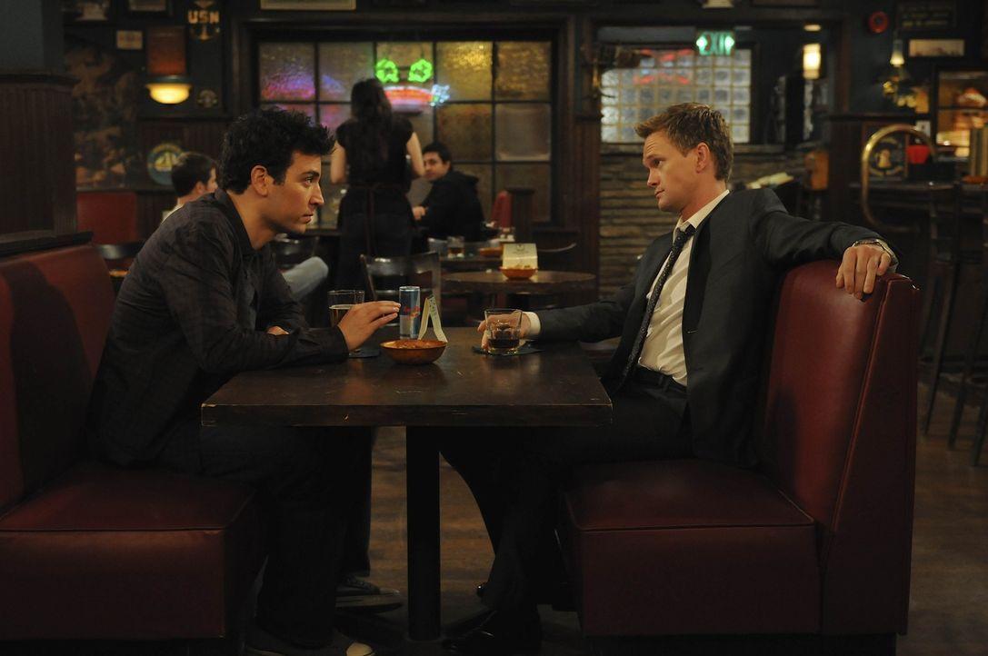 Barney (Neil Patrick Harris, r.) versucht Ted (Josh Radnor, l.) klar zumachen, dass er endlich von Tiffanys Haken muss - bis er sie selbst gesehen h... - Bildquelle: 20th Century Fox International Television