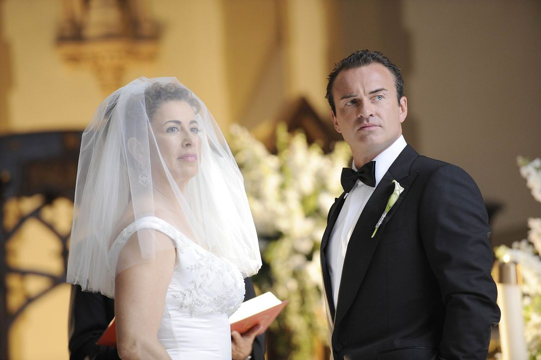 Wird ihre Hochzeit wirklich stattfinden? Liz (Roma Maffia, l.) und Christan (Julian McMahon, r.) ... - Bildquelle: Warner Bros. Entertainment Inc. All Rights Reserved.
