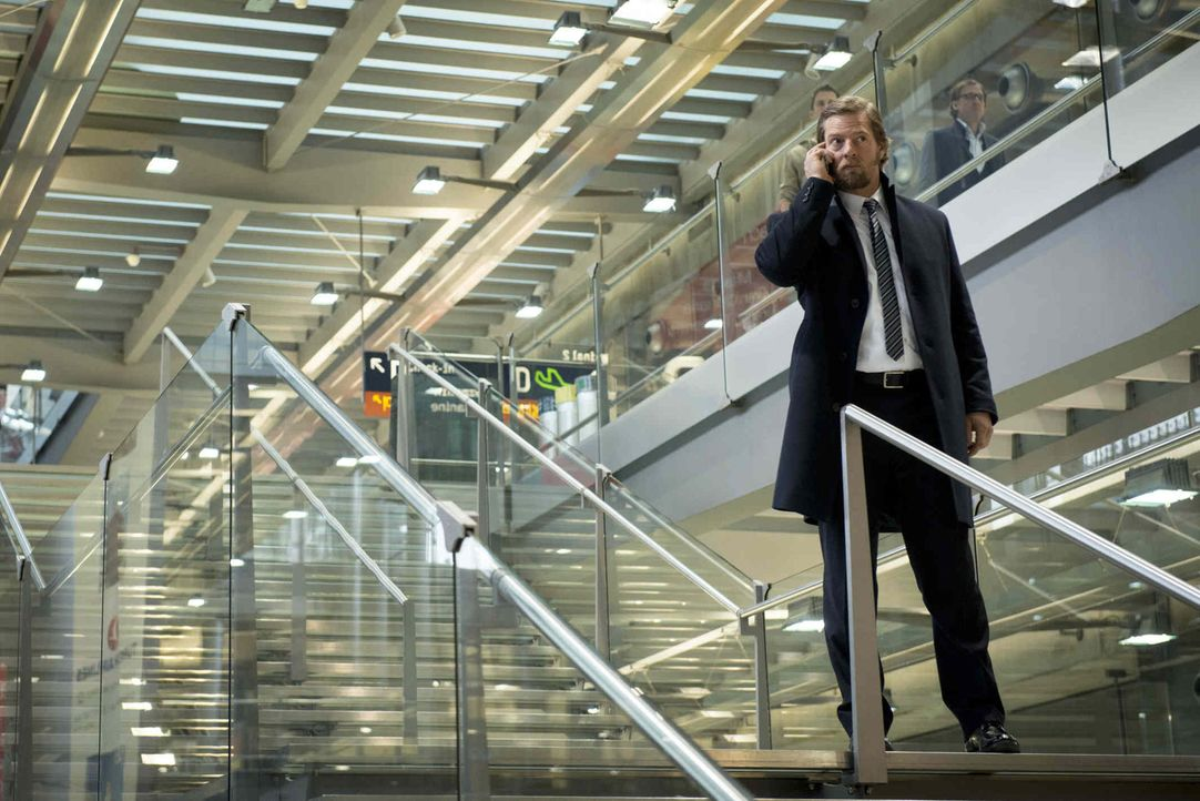 Als Mick (Henning Baum) das Handy von Andreas zufällig in die Hände fällt, nutzt er die Chance, einen Termin mit dem Bundesbank-Beamten Bernhard Höt... - Bildquelle: Martin Rottenkolber SAT.1