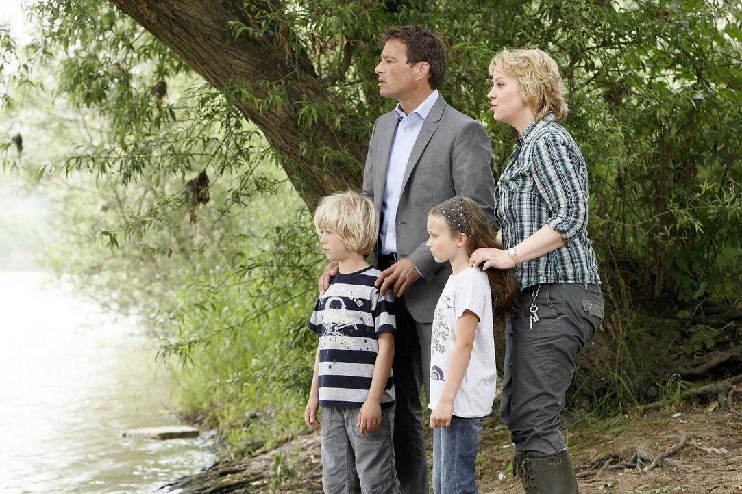 Sonja (Floriane Daniel, r.) und Mark (Jan Sosniok, 2.v.l.) haben die Kinder (Tom Hoßbach, l.; Julia Scherlitz, 2.v.r.) am Flussufer entdeckt. Mit b... - Bildquelle: Sat.1