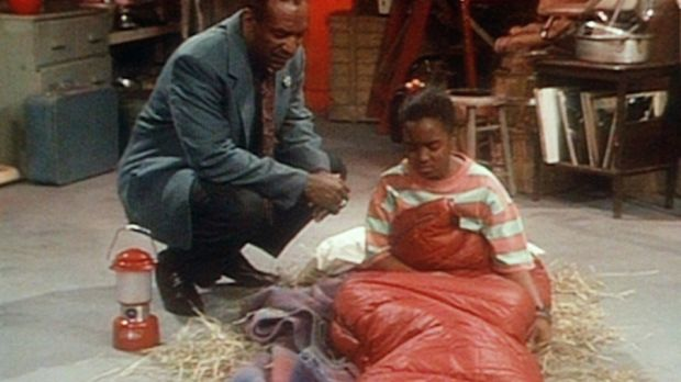 Rudy (Keshia Knight Pulliam, r.) ist von Cliff (Bill Cosby, l.) in den Keller...