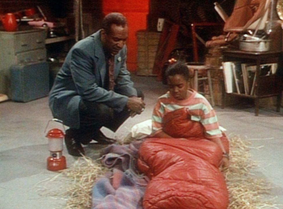 Rudy (Keshia Knight Pulliam, r.) ist von Cliff (Bill Cosby, l.) in den Keller verbannt worden, weil Olivias Pony in Zukunft in Rudys Bett schlafen s... - Bildquelle: Viacom
