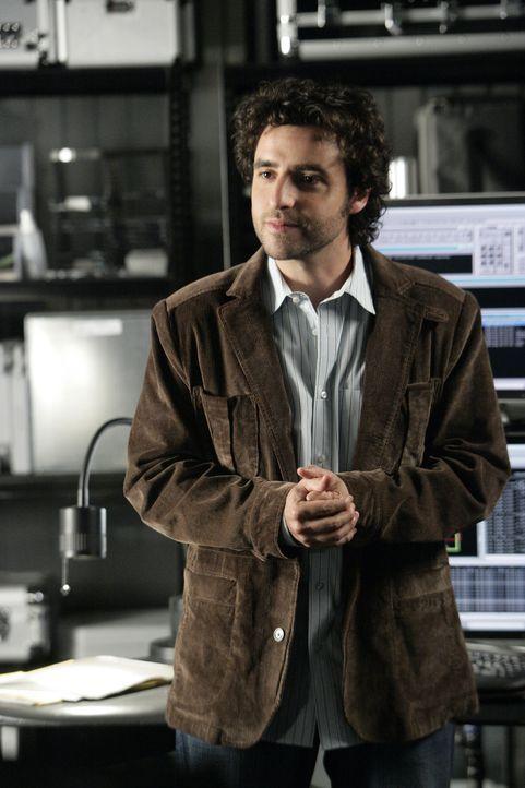 Charlie (David Krumholtz) stellt fest, dass die Täter einen Informanten aus der Zentrale von Union Parcel gehabt haben müssen, da in sämtlichen L... - Bildquelle: Paramount Network Television