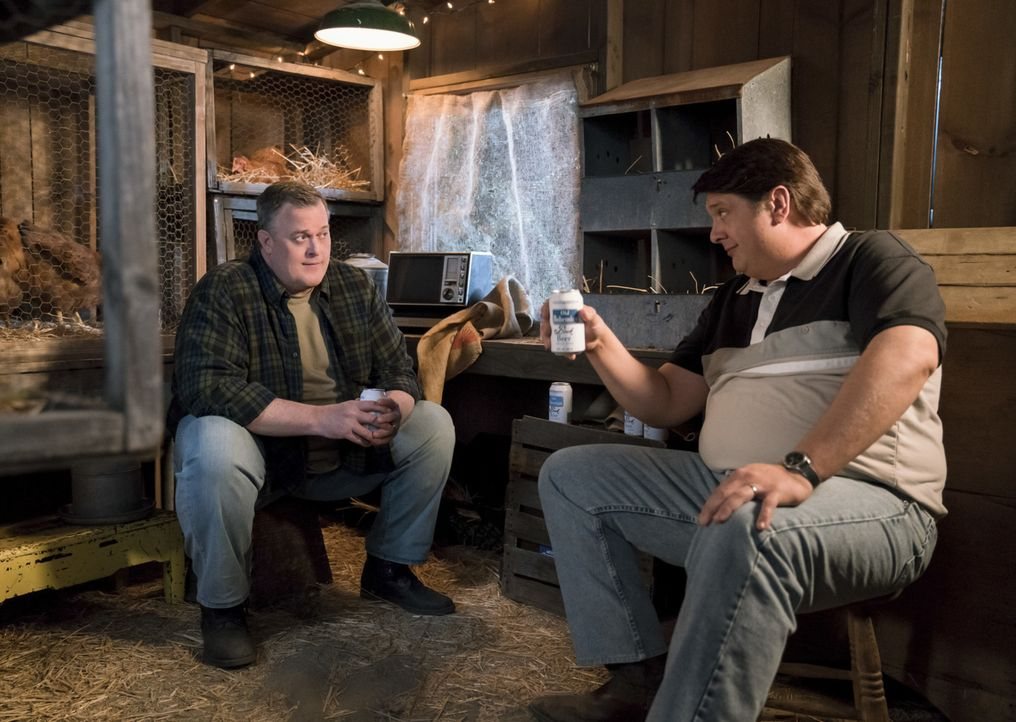 Im Auftrag seiner Frau soll George Sr. (Lance Barber, r.) mit ihrem Nachbarn Herschel (Billy Gardell, l.) reden, denn dessen süße kleine Tochter sch... - Bildquelle: Warner Bros. Television