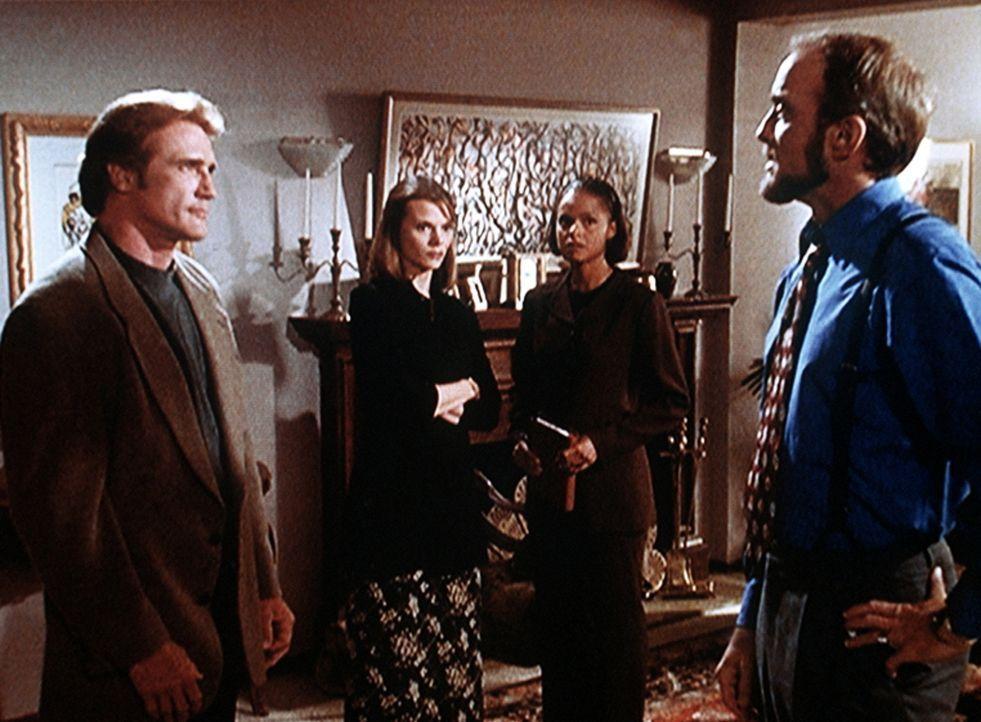 Steve Sloan (Barry Van Dyke, l.) untersucht einen Mordfall. - Bildquelle: Viacom