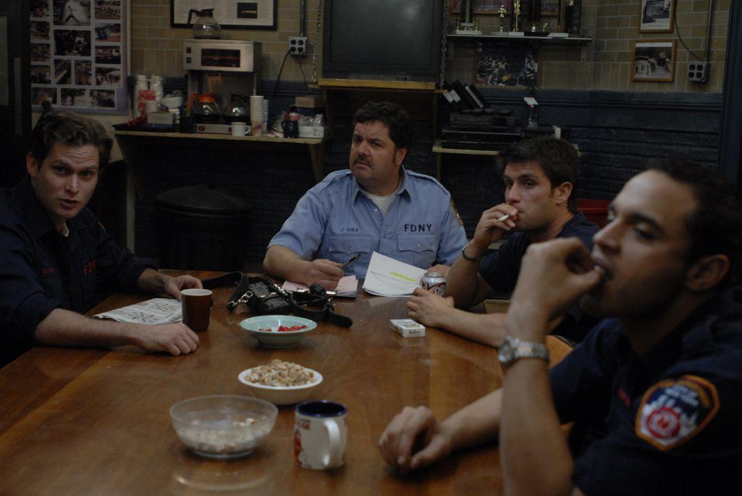 Das Team (v.l.n.r.: Steven Pasquale, John Scurti, Mike Lombardi und Daniel Sunjata) bekommt einen neuen Chef, und bald machen delikate Gerüchte um... - Bildquelle: 2007 Sony Pictures Television Inc. All Rights Reserved