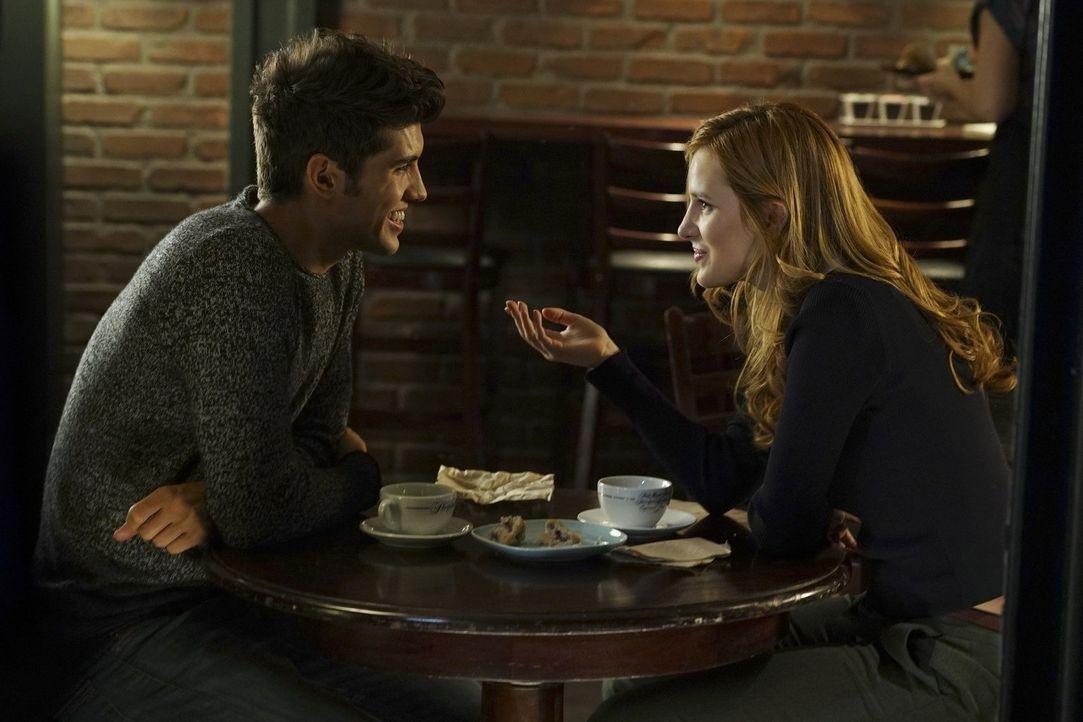 Nach dem Casting für die weibliche Hauptrolle an seiner Seite, lädt Rainer (Carter Jenkins, l.) Paige (Bella Thorne, r.) auf einen Kaffee ein. Ist e... - Bildquelle: Warner Bros.