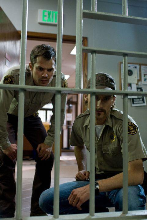 Stehen vor einem Rätsel: Sheriff David Dutton (Timothy Olyphant, l.) und sein Deputy Russel Clank (Joe Anderson, r.) ... - Bildquelle: Saeed Adyani 2010, Overture Films, Participant media, Imagenation Abu Dhabi
