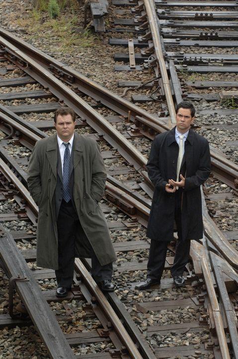 Ein äußerst seltsamer Fall bereitet Nick Vera (Jeremy Ratchford, l.) und Scott Vales (Danny Pino, r.) Kopfzerbrechen ... - Bildquelle: Warner Bros. Television