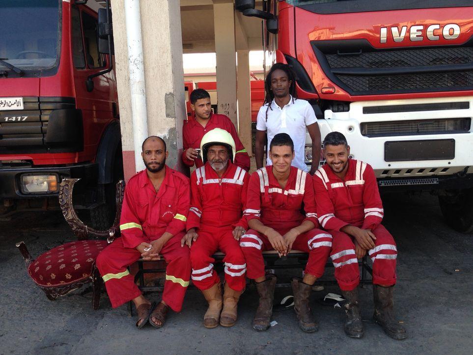 Reporter Seyi Rhodes (hinten r.) verschlägt es nach Tripoli. Dort sucht er nach Geschichten, die in den Medien normalerweise nicht erzählt werden ..... - Bildquelle: Quicksilver Media