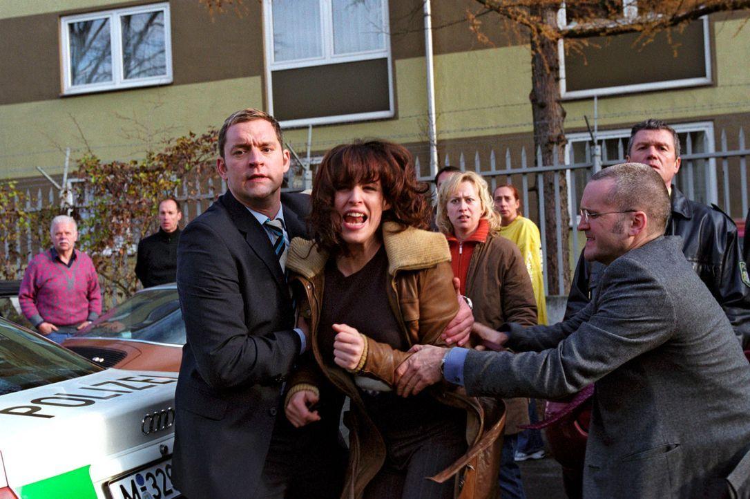 Im Revier ist eine zweite Bombe platziert worden - Nina (Elena Uhlig, vorne M.) muss um Leo, der sich im Gebäude befindet bangen - und mit Gewalt vo... - Bildquelle: Christian A. Rieger Sat.1