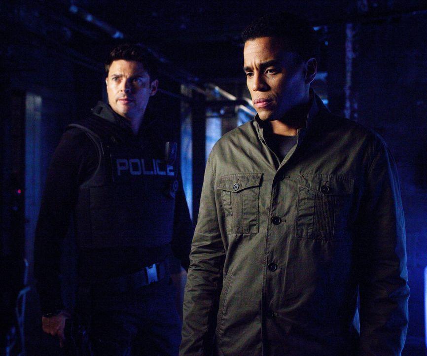 John (Karl Urban, l.) und Dorian (Michael Ealy, r.) ermitteln in einem verzwickten Fall ... - Bildquelle: Warner Bros. Television