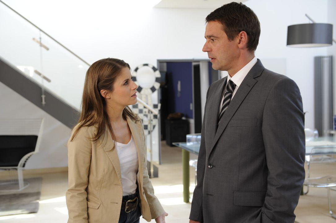 Bea (Vanessa Jung, l.) ist schockiert, als sie von Stefan (Ulrich Drewes, r.) hört, dass Ben das Land verlassen hat ... - Bildquelle: SAT.1