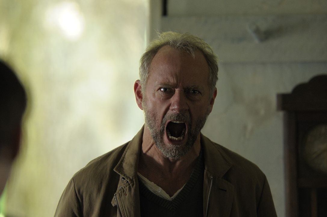 Connors Vater Liam (Xander Berkeley) rast vor Wut. Nora behauptet, nichts von Connors Tod zu wissen, was er ihr aber nicht glaubt ... - Bildquelle: Phillipe Bosse 2013 B.H. 2 Productions (Muse) Inc. ALL RIGHTS RESERVED.