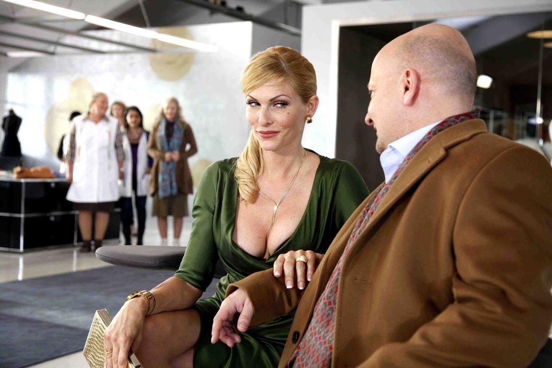 Als ehemalige Stewardesse weiß Frau Kleinschmidt (Sonya Kraus) natürlich ganz genau, wie die Uniformen gestaltet sein müssen, um chic und tragbar... - Bildquelle: SAT.1
