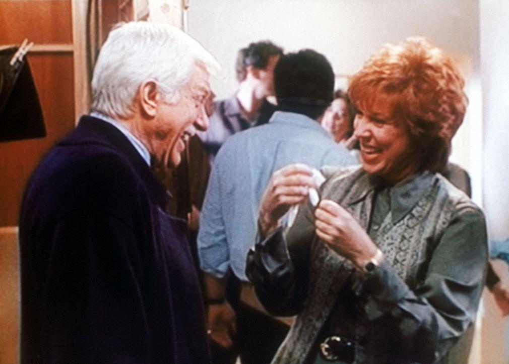 Der bekannten Fernsehmoderatorin Kitty Lynn Hastings (Vicki Lawrence, r.) macht die Show mit ihrem Ehrengast Dr. Mark Sloan (Dick Van Dyke, l.) gro - Bildquelle: Viacom
