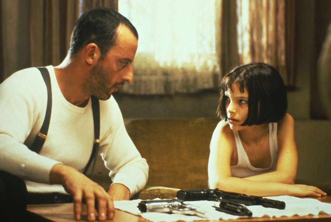 Ein krasser Deal: Mathilda (Nathalie Portman, r.) bringt dem Analphabeten Léon (Jean Reno, l.) Lesen und Schreiben bei, im Gegenzug zeigt er ihr den... - Bildquelle: Gaumont
