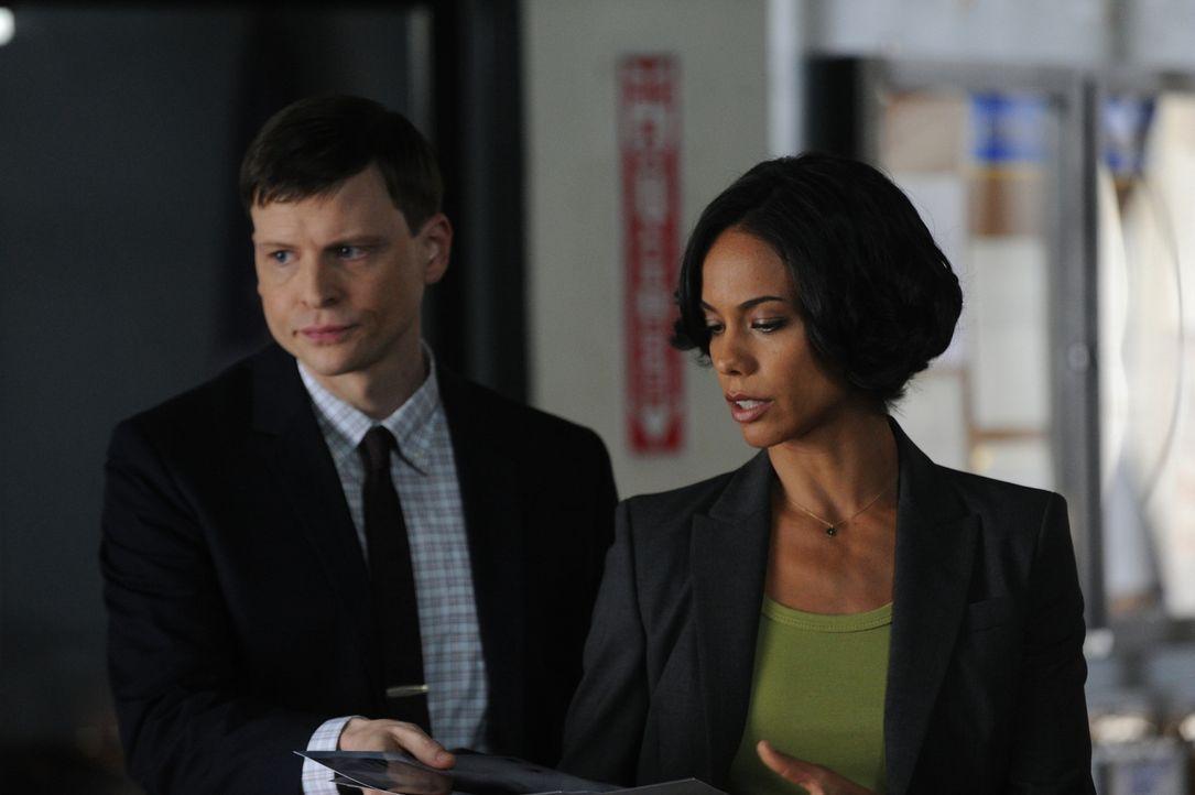 Ermitteln gemeinsam mit Al und Carrie in einem neuen Mordfall: Roe (Kevin Rankin, l.) und Nina (Daya Vaidya, r.) ... - Bildquelle: 2011 CBS Broadcasting Inc. All Rights Reserved.