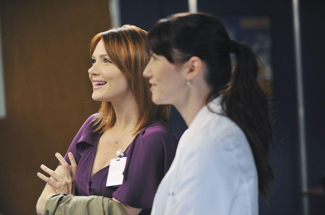 Teddy, die immer noch nichts von Henrys Tod weiß, bittet Cristina um Hilfe bei ihrer Patientin, während Lexie (Chyler Leigh, r.) mit Marks neuer Fre... - Bildquelle: ABC Studios