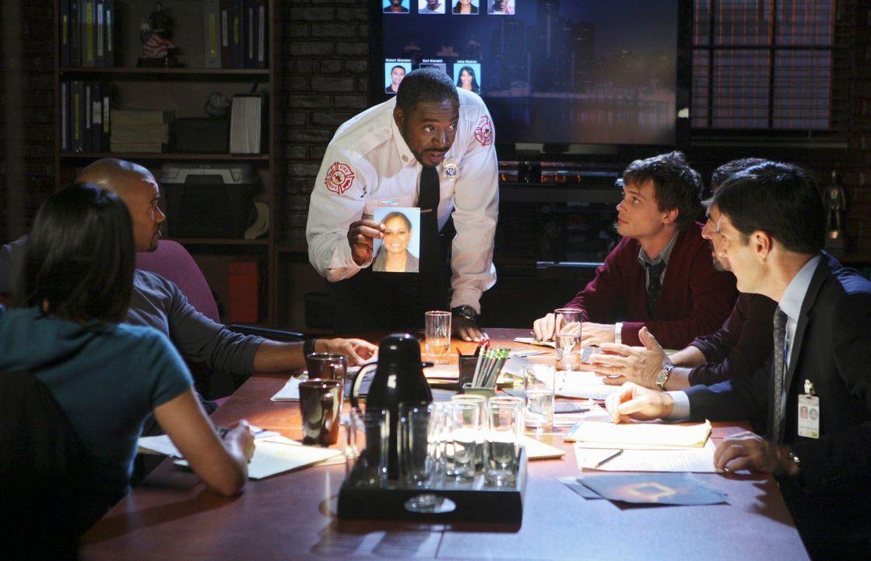 Ermitteln in einem Fall, bei dem ein Serienkiller seine Opfer lebend verbrennt. Für Morgan (Shemar Moore, 2.v.l.), Lt. Al Garner (Ernie Hudson, 3.v.... - Bildquelle: ABC Studios