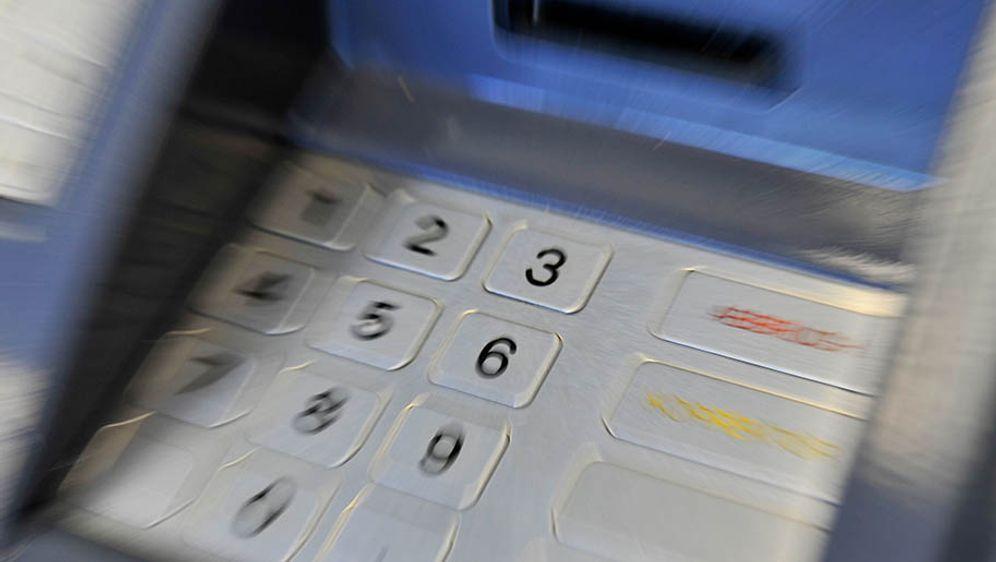 Mehr Datenklau am Geldautomaten - Bildquelle: Marius Becker/dpa