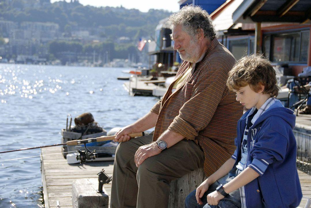 Oliver (Joel Eisenblätter, r.) erzählt Johns Vater (Chiem van Houweninge, l.) von seinem großen Traum ... - Bildquelle: Claudius Pflug Sat.1