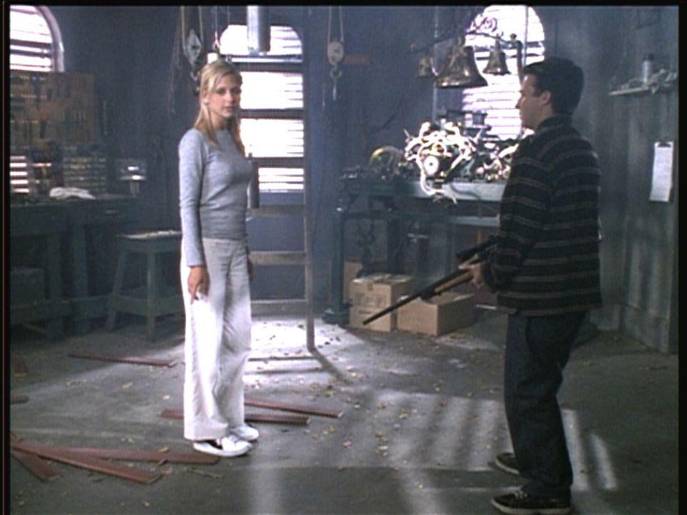 Buffy (Sarah Michelle Gellar, l.) stellt den vermeintlichen Massenmörder Jonathan (Danny Strong) zur Rede. - Bildquelle: TM +   2000 Twentieth Century Fox Film Corporation. All Rights Reserved.