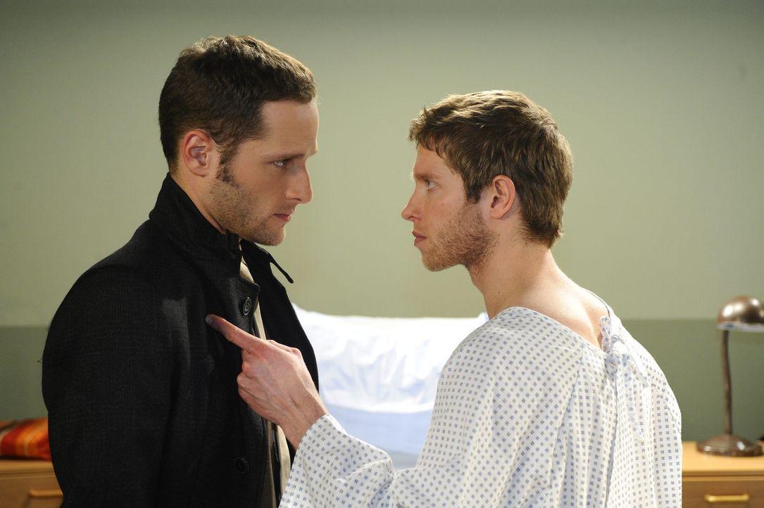 Als Jojo (Bernhard Bozian, r.) von David (Lee Rychter, l.) erfährt, dass Alexander keine Schuld nachzuweisen ist und lediglich ein Geständnis von... - Bildquelle: SAT.1