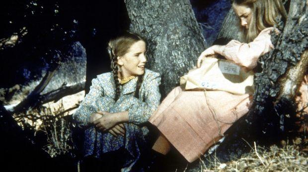 Laura (Melissa Gilbert, l.) und Mary (Melissa Sue Anderson, r.) sitzen im Wal...