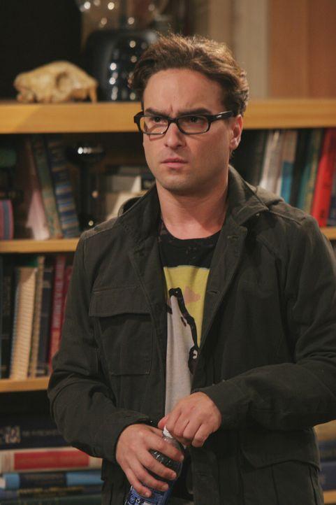 Nach der nächtlichen Aufräumaktion ist Penny stinksauer. Leonard (Johnny Galecki), der sich Hoffnung auf eine Beziehung mit ihr macht, ist frustri... - Bildquelle: Warner Bros. Television