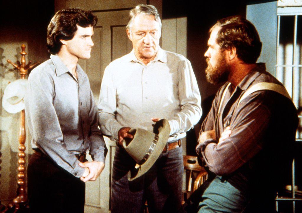 Arthur Mahoney (Johan Larch, M.) bittet den Hilfssheriff Garvey (Merlin Olsen, r.), seinen des Diebstahls überführten Sohn Tim (John Dukakis, l.)... - Bildquelle: Worldvision